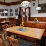 Gaststube mit Tischen